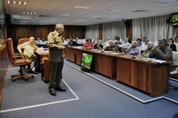 raul-castro-consejo-de-ministros-580x386