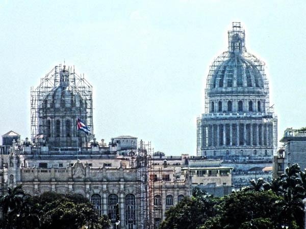 Zwei markante Gebäude Havannas befinden sich in den Händen der Restaurateure