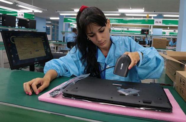 fabrica-laptop-pc-foto-granma-trabajadora